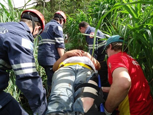 Bombeiros Voluntários realizando resgate na região Serrana do estado (Foto: Divulgação/ Corpo de Bombeiros Voluntários de Santa Maria de Jetibá)