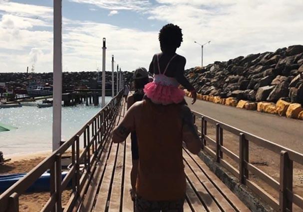 Bruno Gagliasso passeando com a filha, Titi, por Fernando de Noronha (Foto: Reprodução/Youtube)