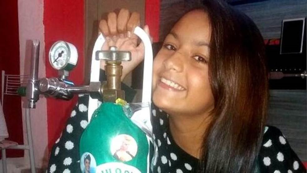 Bárbara Nascimento e o 'inseparável' cilindro de oxigênio: mais de 40 internações e peregrinação até diagnóstico correto  (Foto: Arquivo pessoal)