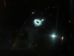 Marcas de tiros ficaram no veículo do agente (Foto: Divulgação / Polícia Militar)