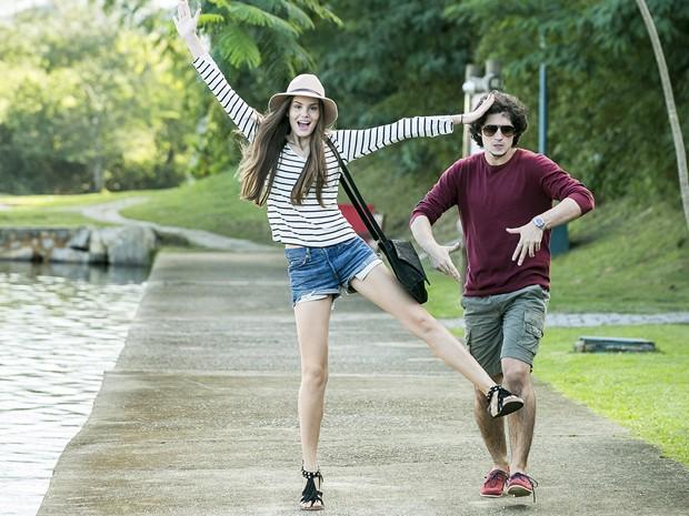 Camila Queiroz se diverte com Gabriel Leone (Foto: TV Globo / Isabella Pinheiro)