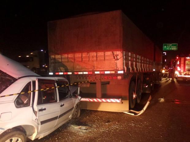 Motorista não conseguiu frear e acabou batendo na traseira de outro caminhão (Foto: Tony Mattoso/RPC)