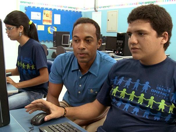 Alexandre Henderson visita Espaço Criança Esperança de Jaboatão dos Guararapes (PE) (Foto: Reprodução de TV)