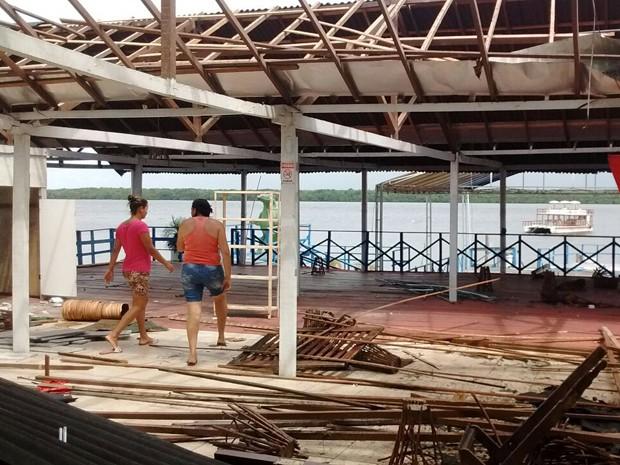 Proprietários estão removendo todo o material que podem ser reaproveitados (Foto: Othacya Lopes/Jornal da Paraíba)