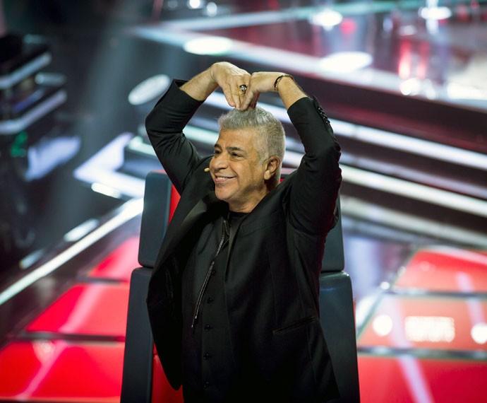 Lulu Santos dança e faz um coraçãozinho com os braços para a plateia (Foto: Isabella Pinheiro / Gshow)