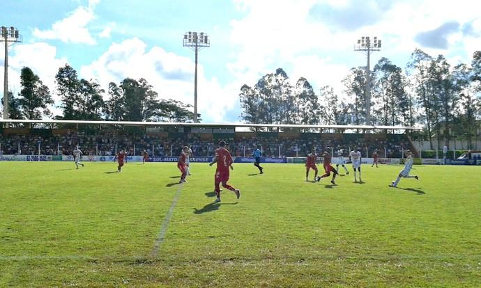 Lance entre Naviraiense e Comercial-MS no estádio Virotão (Foto: Atilla Eugenio/TV Morena)