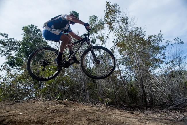 Jaime salta em downhill do parque do Pau-Brasil