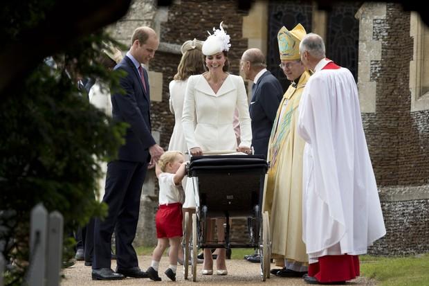 George tenta ver a irmã, Charlotte, no carrinho  (Foto: AFP)