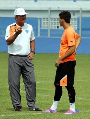 Mazola Júnior e o atacante Ruan (Foto: Marcelo Seabra/O Liberal)