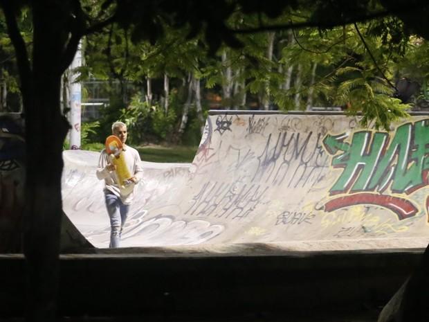 Justin Bieber anda de skate na Zona Sul do Rio (Foto: Marcello Sá Barreto, Delson Silva e Gabriel Rangel/ Ag. News)