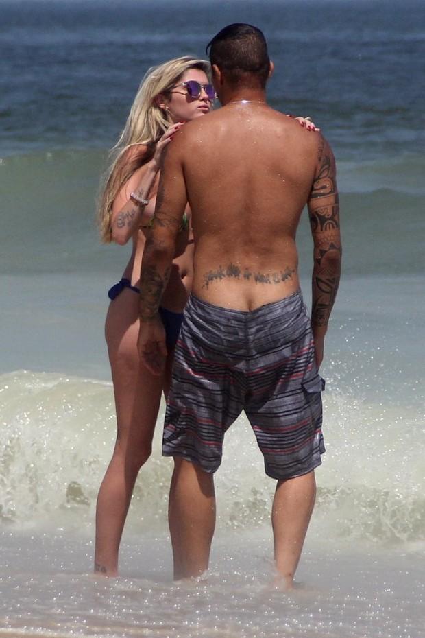 Barbara Evans e Paolo Guerrero namoram em praia no RJ (Foto: Rodrigo dos Anjos/AgNews)