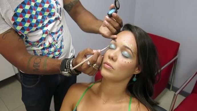 Use uma sombra com a mesma cor do delineador (Foto: TV Bahia)