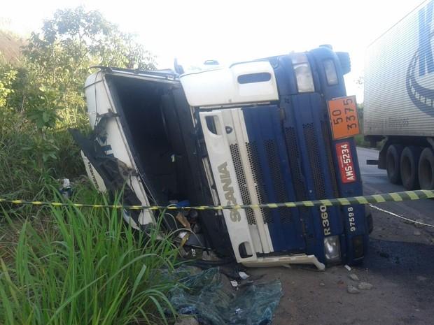 Caminhão carregado de nitrato de amônia tombou no Tocantins (Foto: Maykon Paiva/ TV Anhanguera)