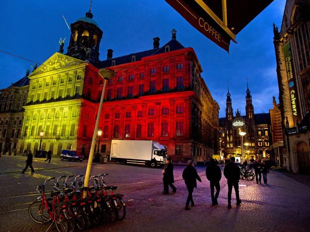 O Palácio Real de Amsterdã foi iluminado com as cores da bandeira da Bélgica em homenagem às vítimas dos ataques de Bruxelas  (Foto: Evert Elzinga / ANP / AFP)