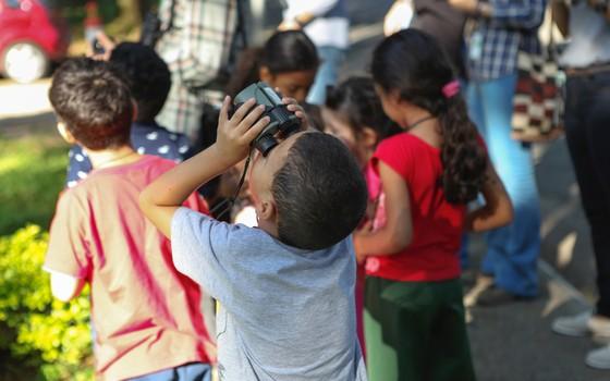 Criança aprende a observar a natureza (Foto: Instituto Alana - Divulgação)