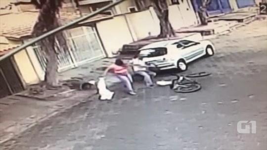 Câmera de segurança flagra criminoso assaltando mulher em Cruzeiro, SP