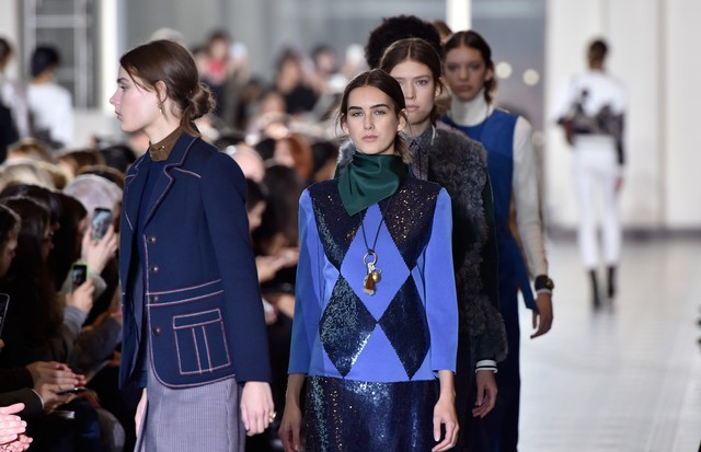 NEW YORK, NY - FEBRUARY 16:  Models walk the runway during the Tory Burch collection at the Fall 2016 New York Fashion Week at David Geffen Hall on February 16, 2016 in New York City.  (Photo by Slaven Vlasic/Getty Images For Tory Burch) (Foto: Getty Images For Tory Burch)
