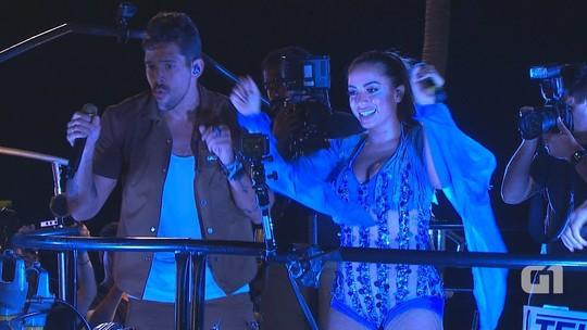 Anitta muda visual e canta 'Bang' com a Banda Eva