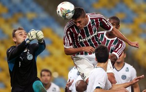 Edson cabeceia para marcar (Foto: Bruno Domingos / Mowa)
