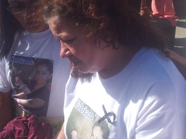 Mãe de Fabiane esteve presente em passeata homenageando a filha (Foto: Guilherme Lucio/ G1)