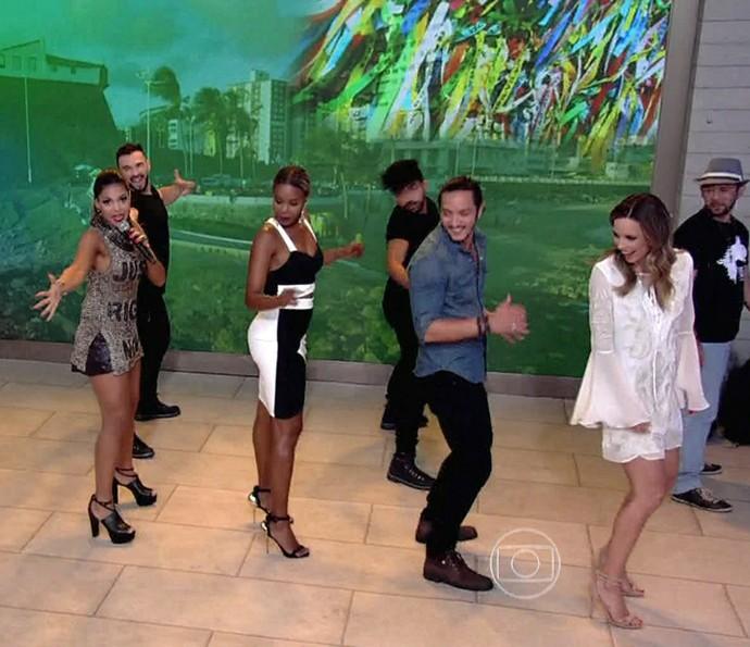 Convidados do Encontro dançam hit da Banda Vingadora (Foto: TV Globo)