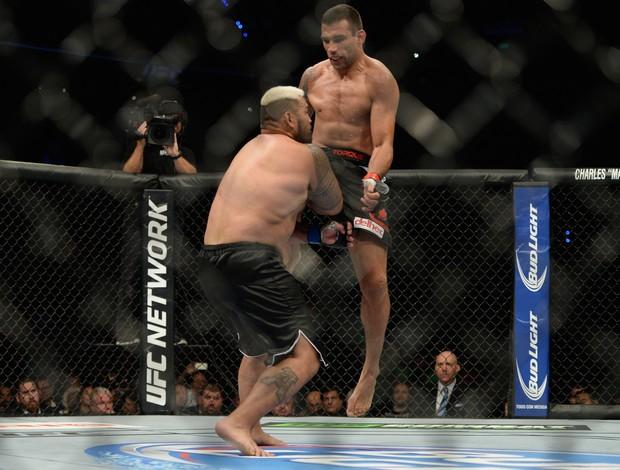 Joelhada Fabricio Werdum x Mark Hunt UFC 180 (Foto: Jeff Bottari/Zuffa LLC)