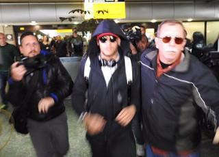 Neymar chega ao aeroporto de Guarulhos e sai sem dar entrevistas (Foto: Marcelo Braga)