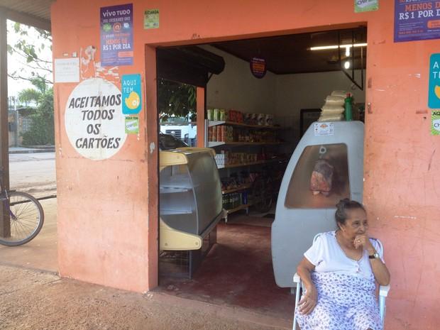 Comerciantes dizem estar fechando mais cedo, em razão dos assaltos (Foto: Cassio Albuquerque/G1)