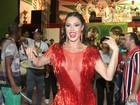 Gracyanne Barbosa usa look com franjas e superdecotado em ensaio