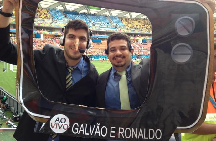 Amigos usam fantasia de Galvão e Ronaldo na Arena Amazônia (Foto: Hugo Crippa)
