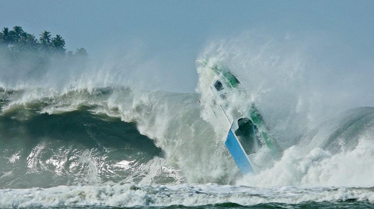 Ondas gigantes engolem barco em Nias (Foto: Divulgao/ OFF)