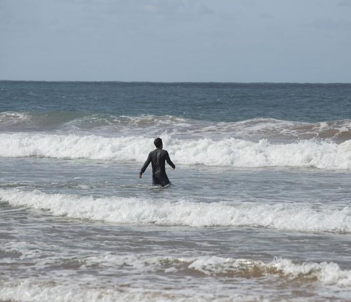 Ele entra no mar, mas acabará sendo puxado pela correnteza (Foto: Lydio Cerqueira/Gshow)