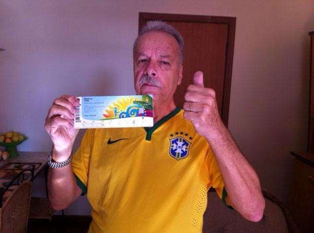 Antes de seguir para o Mineirão, Jairo posou para fotos com ingresso na mão.  (Foto: João Marcello Rangel Barreto / Arquivo Pessoal)