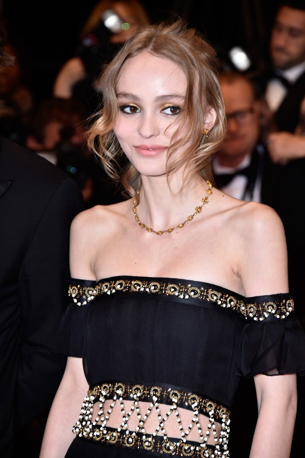 Lily-Rose Depp impressiona pela magreza e semelhança com a mãe