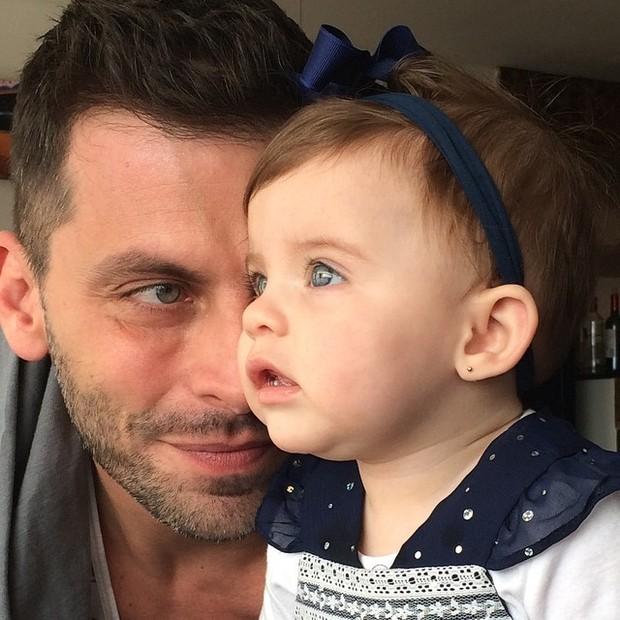 Henri Castelli com a filha (Foto: Instagram / Reprodução)