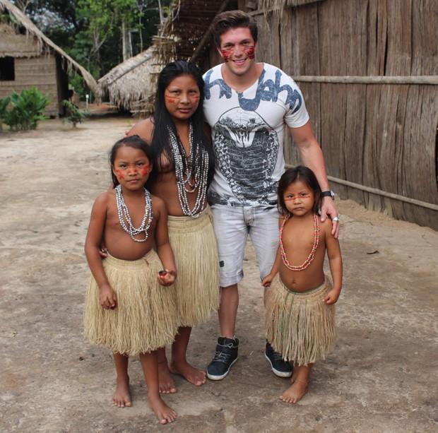 Gabriel Mandergan posa com índios (Foto: Divulgação)
