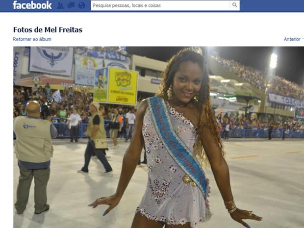 Melissa postou sua foto no ensaio na Sapucaí com faixa de Princesa Gay (Foto: Reprodução / Facebook)