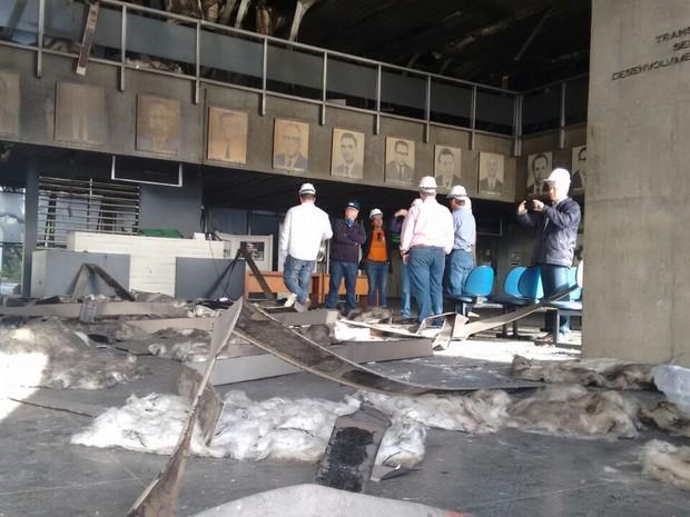 Parte do prédio foi liberada pelo Corpo de Bombeiros nesta quinta (Foto: Denise de Medeiros/RBS TV)