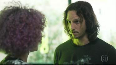Gui pede que Nanda encontre o ator que ele reconheceu na revista