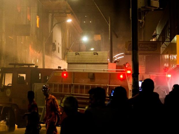 Corpo de Bombeiros informou que encaminhou cinco viaturas para controlar incêndio no Centro (Foto: Jonathan Lins/G1)