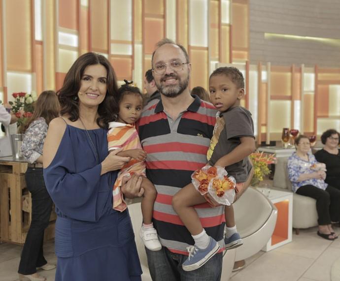 A apresentadora ao lado de uma família convidada do programa  (Foto: Ellen Soares/Gshow)