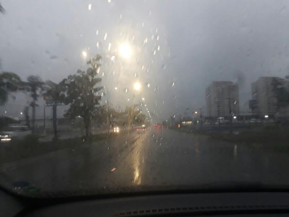 Na BR-101, na área urbana de Natal, céu escuro por conta das nuvens carregadas deixou a sensação de ainda ser madrugada quando o dia amanheceu  (Foto: Anderson Barbosa/G1)
