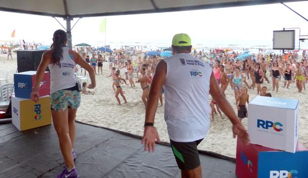 A aula de dança levantou a galera nas areias de Santa Terezinha (Foto: Divulgação/ RPC)