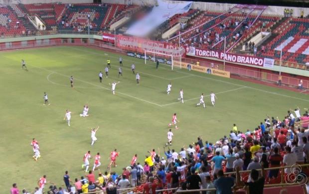 Jogadores e torcedores comemoram gol da classificação no estádio Arena da Floresta (Foto: Murilo Lima)