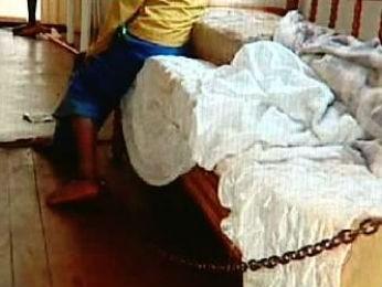 Menino é encontrado acorrentado à cama (Foto: Reprodução RPCTV)