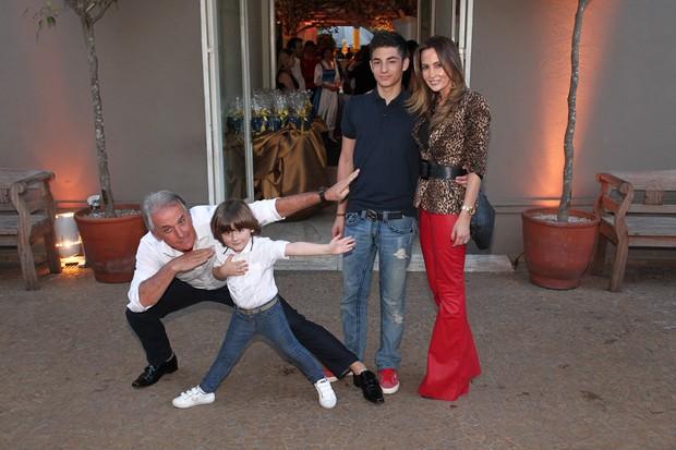 Otavio Mesquita com o filho Pietro e a esposa Melissa Wilman (Foto: Manuela Scarpa e Amauri Nehn/Foto Rio News)