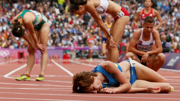 QUeda Valentyna Horpynych Zhudina 3000m com obstáculos londres 2012 (Foto: Agência Reuters)