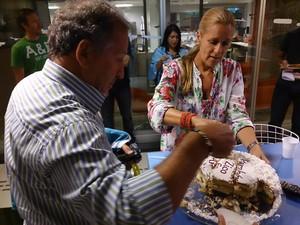 Zico parte um pedaço do bolo para levar para casa e recebe ajuda da produtora Monika Leitão (Foto: Christiane Mussi)