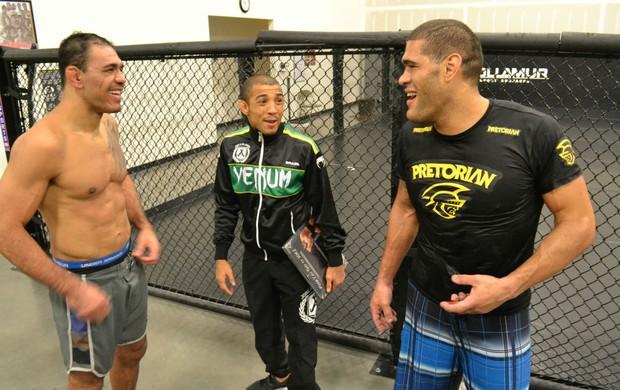 Rogério Minotouro, José Aldo e Antônio Pezão brincam após treino (Foto: Adriano Albuquerque/SporTV.com)