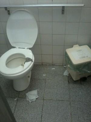 Banheiro com fezes na tábua do vaso sanitário flagrado por acompanhante de paciente (Foto: G1)